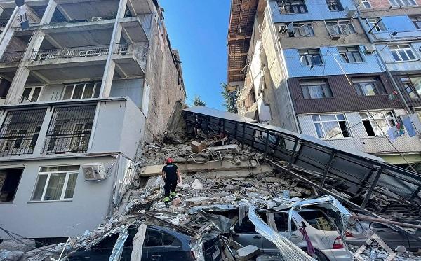 На улице 26 Мая в Батуми обрушилась часть здания