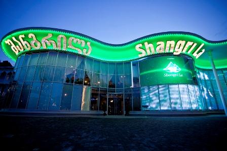 Трансляция финала чемпионата мира по футболу на огромном уличном экране казино «Шангри Ла»